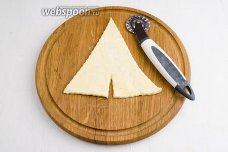В центре основания треугольников сделать надрез.