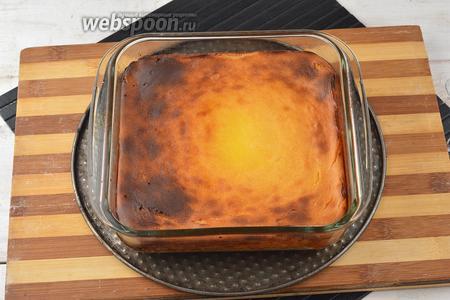 Готовить в предварительно разогретой до 180°С духовке приблизительно 30 минут. Дать остыть в форме, нарезать кусочками и подавать.