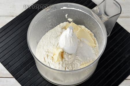 В чашу кухонного комбайна (насадка металлический нож) просеять муку (200 г) вместе с разрыхлителем (1 ч. л.). Добавить сливочное масло.