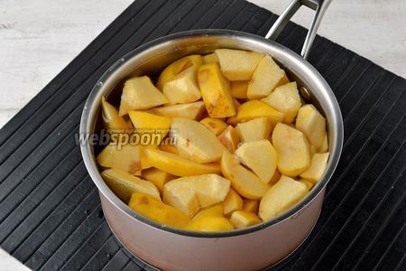 Айву (1 кг) тщательно вымыть, нарезать кусочками (можно вместе с семенами). Выложить в кастрюлю и залить водой (650 мл).