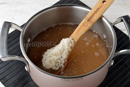 Соединить в кастрюле процеженный сок, сахар (400 г). Довести до кипения и уварить на 1/3 объёма.