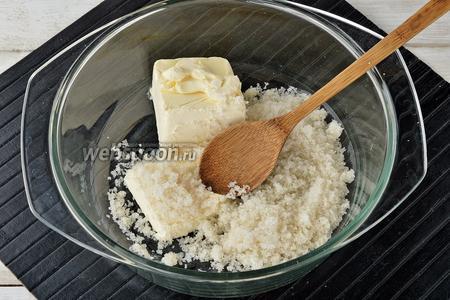 Масло (130 г) комнатной температуры хорошо растереть с сахаром (2 ст. л.).