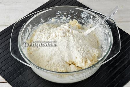 Вмешать просеянную муку (1 стакан). Муку вмешать быстро и тесто долго не вымешивать — лишь до того момента, пока сформируется тесто. Муки может понадобиться немного больше или меньше (зависит от влажности творога).