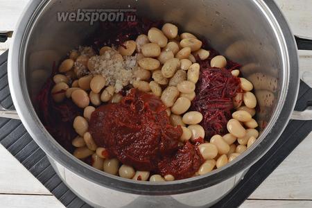 В кастрюле соединить подготовленную фасоль, свёклу, томатную пасту (2 ст. л.), соль (1,5 ч. л.), сахар (1,5 ст. л.), чёрный молотый перец (0,3 ч. л.), подсолнечное масло (50 мл), воду (100 мл). Перемешать лопаткой и тушить на небольшом огне под крышкой 25 минут.