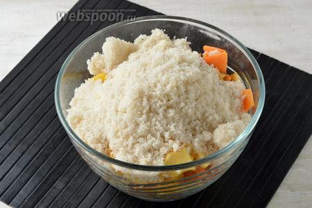Засыпать кусочки сахаром (500 г) и перемешать. Оставить на 3 часа, чтобы тыква и айва пустила сок.