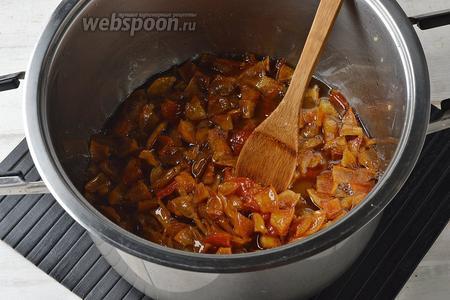Переложить всё в толстостенную кастрюлю. Довести до кипения и готовить на небольшом огне до мягкости и прозрачности кусочков. На это уходит приблизительно 35-40 минут.