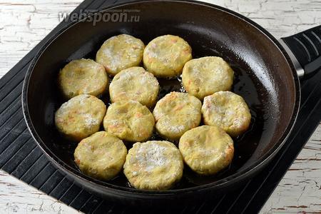 Хорошо разогреть сковороду с подсолнечным маслом (3 ст. л.) и выложить в неё котлеты.