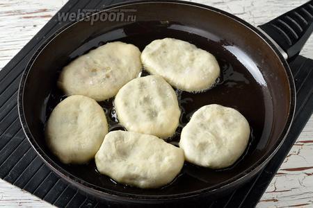 Разогреть сковороду с подсолнечным маслом (5 ст. л.). Выложить пирожки в сковороду.
