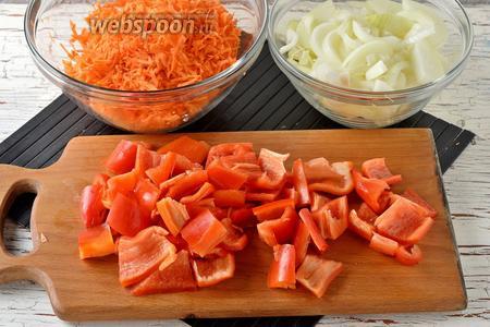 Лук (300 г), морковь (300 г) очистить. У перца (300 г) удалить семена и вырезать плодоножку. Перец нарезать крупными кусками. Морковь натереть на тёрке с крупными отверстиями, лук нарезать полукольцами.