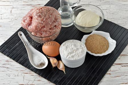 Для работы нам понадобится свиной фарш, мука, Моцарелла, яйца, подсолнечное масло, соль, чёрный молотый перец, чеснок, панировочные сухари.