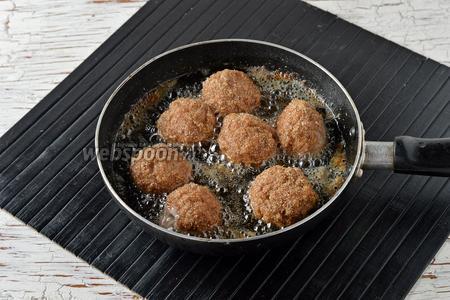 В глубокой сковороде разогреть подсолнечное масло (100 мл) до 190°С. Обжаривать за один раз 6-7 шариков, со всех сторон до золотистой корочки.