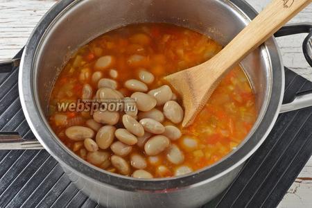 Добавить готовую фасоль без жидкости (200 г) и проварить ещё 1-2 минуты.