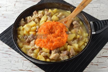 Соскрести ложкой часть тыквенной мякоти внутри тыквы и добавить в сковороду. Перемешать. Ещё раз проверить на соль и перец.