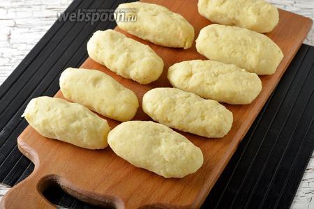 Сформировать палочки, тщательно завернув сыр в тесто.