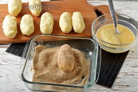 Яйца (2 штуки) взбить вилкой. Окунать каждую палочку в яйца, а затем обваливать в сухарях.