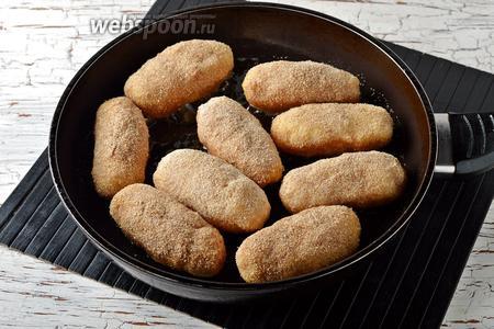 Выложить подготовленные палочки на сковороду с разогретым подсолнечным маслом (100 мл).