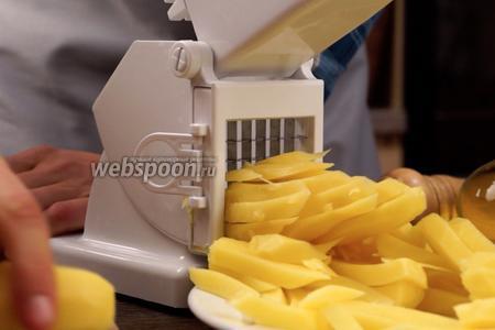 Далее нам необходимо нарезать картошку. Делать это будем с помощью специальной резки для картофеля, так как очень важно получить ломтики одинаковой толщины.