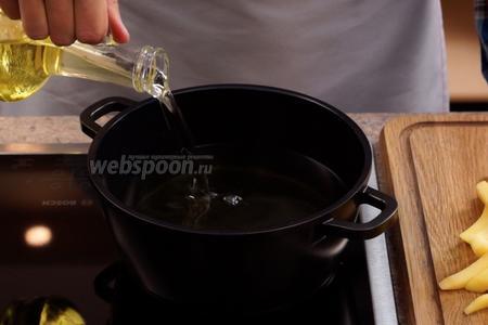 Наливаем в сотейник и разогреваем рафинированное подсолнечное масло (1 литр). Проверить готовность масла для жарки можно, опустив в него наколотый на вилку ломтик картофеля. Если масло достаточно раскалилось, то кусочек картошки начнёт характерно для фритюра пузыриться.