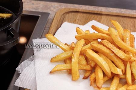 Достаём готовую фри на бумажное полотенце, сложенное в несколько слоёв. Это необходимо для того, чтобы впиталось лишнее масло. Теперь осталось лишь посолить картошку и можно подавать к столу. И помните, кушать его необходимо горячим!!!