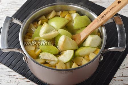 Добавить яблоки, а через 5 минут — лимонную кислоту (2 г). Готовить после закипания 10 минут.