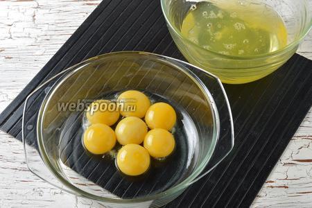 У яиц отделить белки (7 штук) от желтков.
