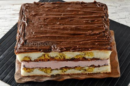 На крем сверху выложить второй корж шоколадной промазкой вниз. Верхний корж смазать отставленной шоколадной промазкой.