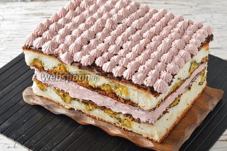 Сверху оформить отставленным кремом (1/3 частью). Отправить изделие в холодильник минимум на 2 часа. Перед подачей нарезать на порционные пирожные.