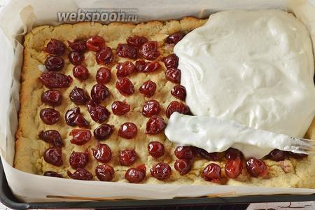 Равномерно распределить белково-сметанную смесь на вишнях. Если у вас форма с низкими бортиками — нарастите её вверх с помощью кулинарной бумаги.