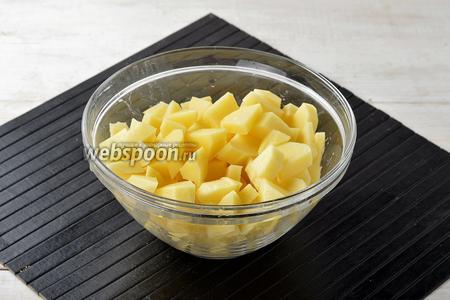 Картофель (4 штуки) очистить и нарезать небольшими кусочками. Выложить картофель в кипящую воду (1 литр) с солью (0,5 ч. л.). Варить практически до готовности картофеля.