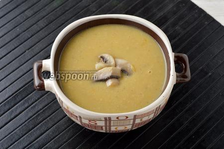 Подавать картофельный суп выложив сверху 1 столовую ложку подготовленных грибов.