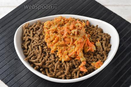 Пропустить печень, лук и морковь через мясорубку. Приправить солью (0,5 ч. л.).