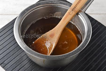 В кастрюле соединить сахар (250 г) и воду (100 мл). Довести до кипения и проварить 5 минут.
