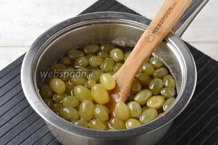 Снять кастрюлю с огня и выложить подготовленный виноград (250 г) в сироп. Закрыть кастрюлю крышкой и настаивать виноград 12 часов.