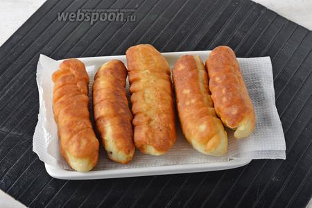 Выложить сосиски в тесте на бумажные салфетки для того, чтобы удалить лишний жир.