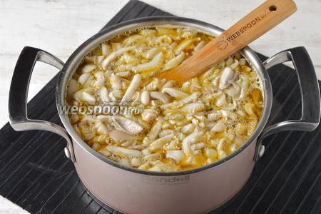Выложить грибы в кастрюлю вместе с чёрным перцем горошком (3 штучки). Готовить 15 минут.