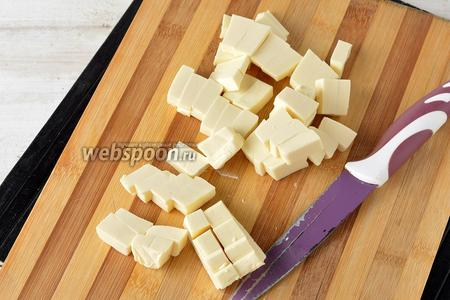 Плавленый сыр (200 г) нарезать небольшими кубиками.