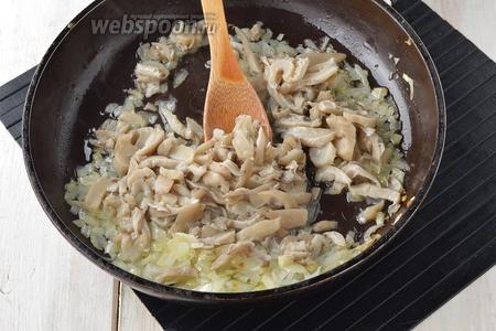 1 луковицу очистить, порезать и обжарить на подсолнечном масле (2 ст. л.) 3-4 минуты. Добавить подготовленные вёшенки.