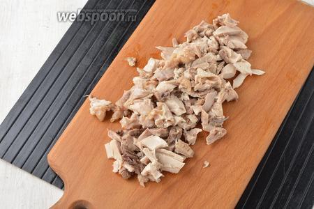 1 куриное бедро отварить до готовности. Кости удалить, а мясо нарезать небольшими кусочками.