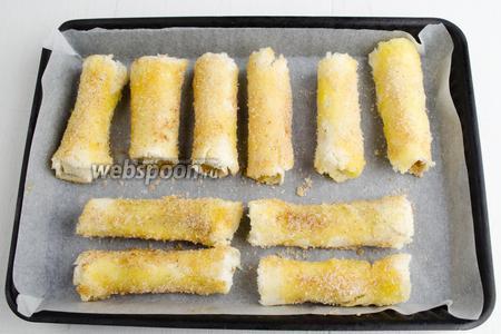 Выложить заготовки на противень с пергаментом. Запекать в течение 20 минут в режиме обдува, при температуре 180°C до румяности.