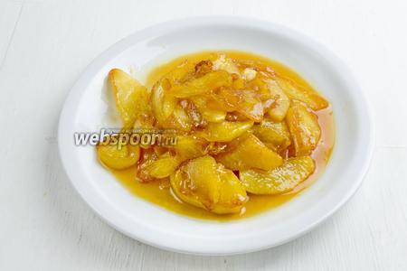 Приготовить карамелизированные яблоки, согласно рецепту. Понадобятся яблоки (2 штуки), масло топлёное (25 г), сахар (25 г).