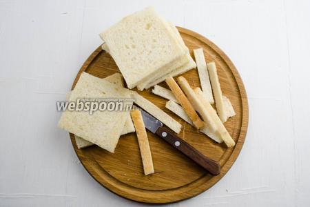 С каждого кусочка тостерного хлеба (10 штук) срезать края, оставив мякиш. Обрезанные кусочки подсушить и сделать сухари панировочные.