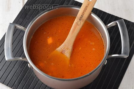В кастрюле соединить воду (1 литр), подготовленные овощи и протёртые помидоры. Приправить солью (1 ч. л.), довести до кипения и готовить на низком огне, под крышкой, 10-15 минут (до готовности тыквы).