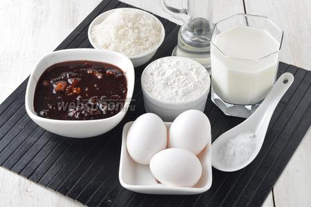 Для работы нам понадобится варенье (у меня варенье из слив с какао и маслом), пшеничная мука, молоко, сахар, яйца, сода, подсолнечное масло.