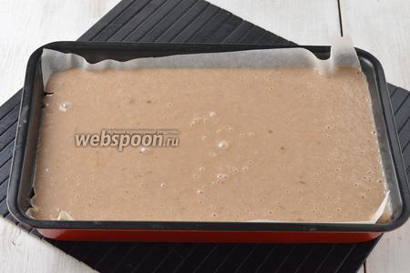 Форму (размером 20х30 сантиметров) выложить пергаментной бумагой. Вылить тесто в форму.