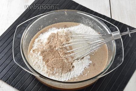 Вмешать просеянную муку (1,2 стакана) и пряности для выпечки (1 ч. л.).