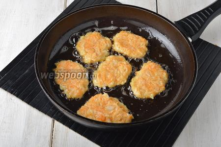 Жарить драники на хорошо разогретой сковороде с подсолнечным маслом (3 ст. л.), выкладывая небольшие, аккуратные оладьи с помощью столовой ложки, до золотистого цвета с обеих сторон.