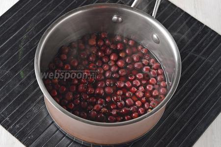 В кастрюле соединить воду (200 мл) и ягоды боярышника. Проварить 5 минут. Вынуть ягоды шумовкой.