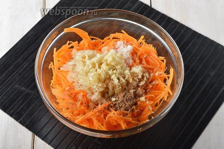 В миске соединить тыкву, подготовленный лук, очищенный и пропущенный через пресс чеснок (2 зубчика), соль (0,75 ч. л.), сахар (1 ст. л.), чёрный молотый перец (1 щепотку), смесь приправ для моркови по-корейски (7 г). Перемешать и оставить на 3-4 часа в холодильнике.