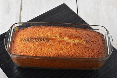 Выпекать кекс в предварительно разогретой до 170°С духовке приблизительно 60 минут. Готовность кекса проверьте с помощью лучинки.