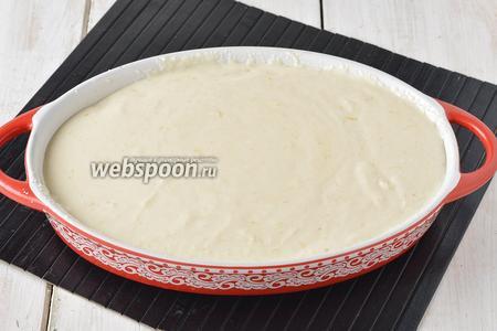 Форму смазать сливочным маслом (1 ст. л.). Выложить тесто в форму.